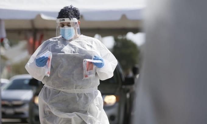 Nhân viên y tế tại một trung tâm xét nghiệm nCoV ở El Paso, Texas, ngày 26/10. Ảnh: Reuters.