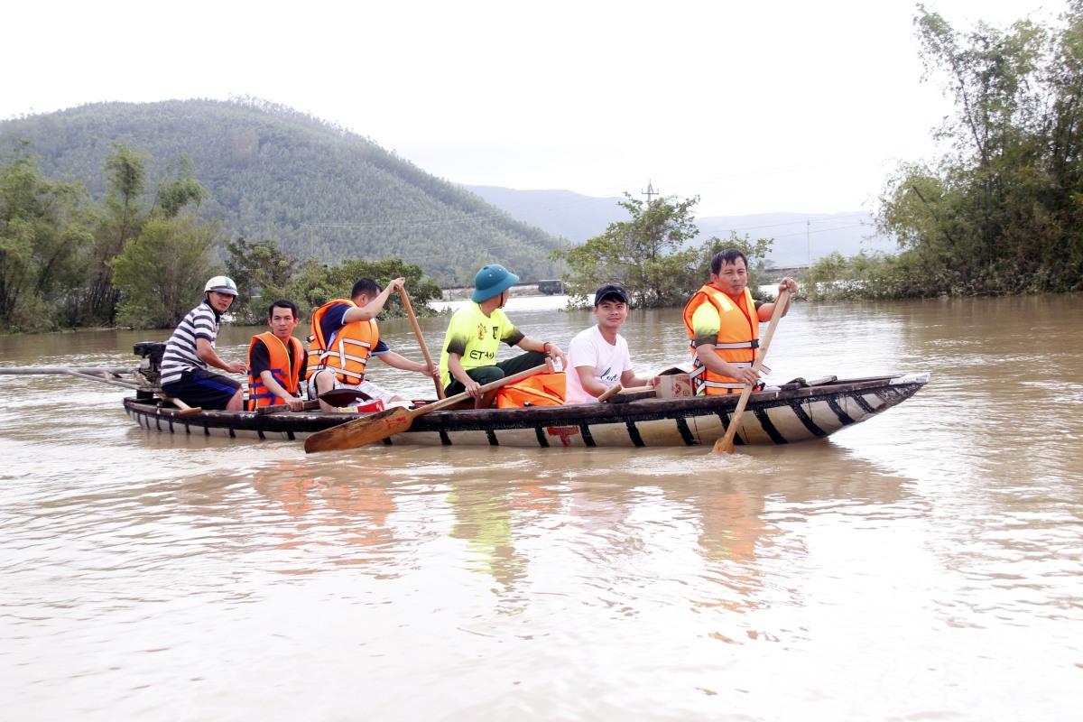 Lở núi, ngập lụt nhiều nơi ở miền Trung