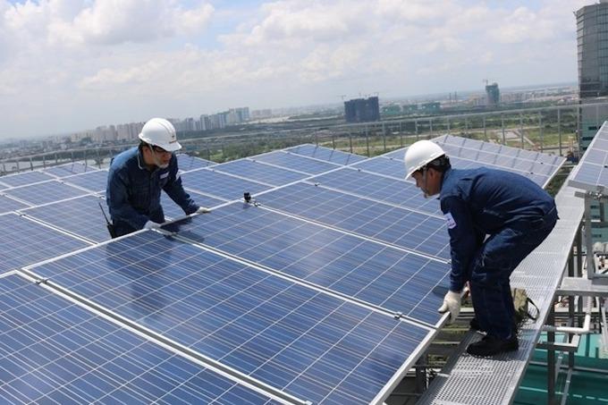 Lắp đặt điện mặt trời mái nhà tại TP HCM. Ảnh: EVNHCM.