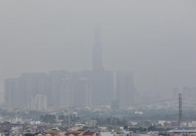 Sương mù bao phủ tòa nhà Landmark 81, hướng nhìn từ quận 9, TP HCM. Ảnh: Quỳnh Trần.
