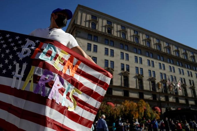Người ủng hộ Biden ăn mừng chiến thắng ngoài Nhà Trắng ở Washington hôm 8/11. Ảnh: Reuters.