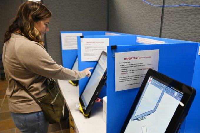 Một cử tri lựa chọn trên màn hình máy bầu cử để bỏ phiếu tại Dallas, bang Georgia. Ảnh: AP.