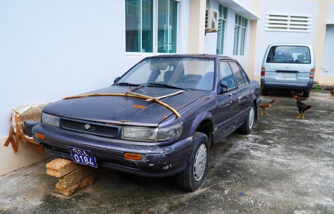 Ô tô phục vụ dạy nghề lái xe để trong khuôn viên trường. Ảnh: Việt Quốc.