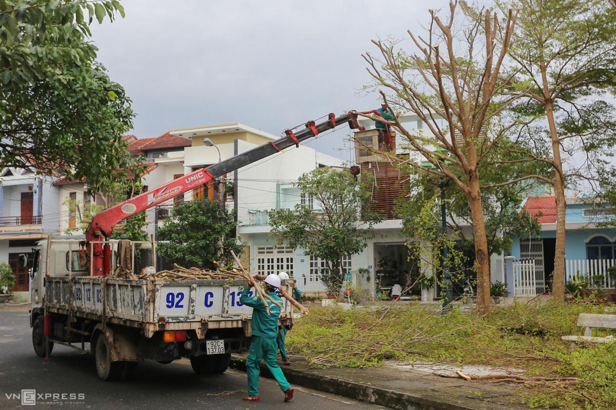 Người dân hối hả gia cố nhà cửa trước bão Vamco