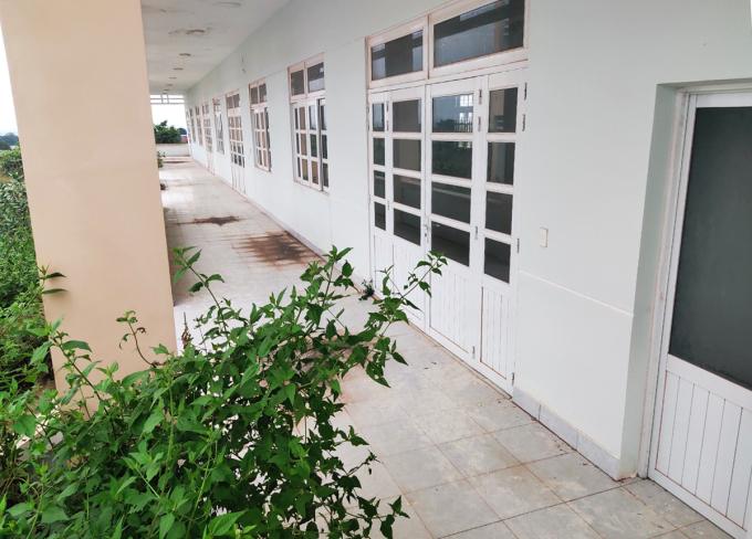 Một số dãy nhà hoàn thành gần 3 năm nay nhưng không sử dụng, có dấu hiệu xuống cấp, cỏ dại mọc đầy. Ảnh: Việt Quốc.