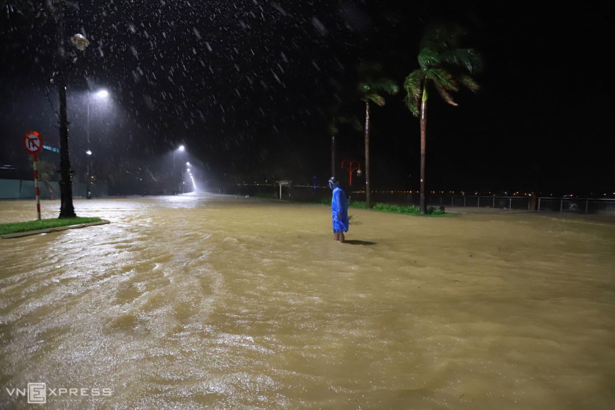 Đêm trắng trước giờ bão Vamco đổ bộ