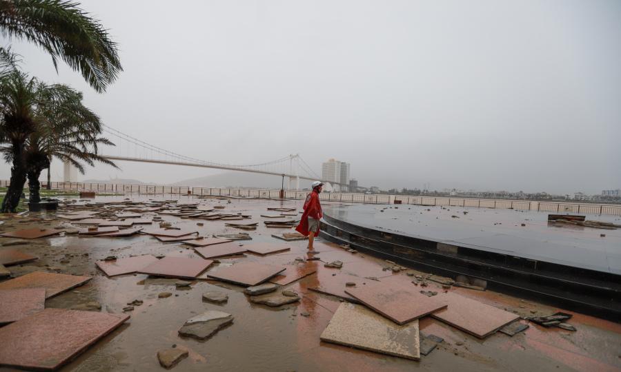 Sóng biển làm sập nhà, vỡ bờ kè trong bão Vamco