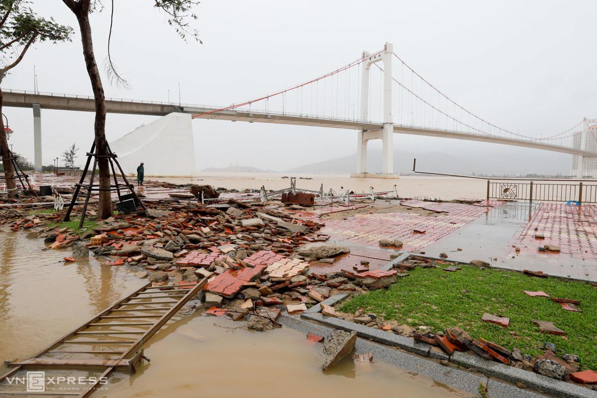 Nhiều công trình ven sông Hàn bị sóng đánh tan hoang