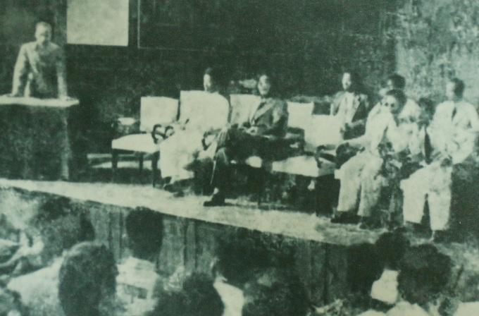 Chủ tịch Hồ Chí Minh dự khai mạc lớp huấn luyện cán bộ bình dân học vụ (khóa Hồ Chí Minh) tại Hà Nội ngày 8/10/1945. Ảnh: Sách Bác Hồ với giáo dục.