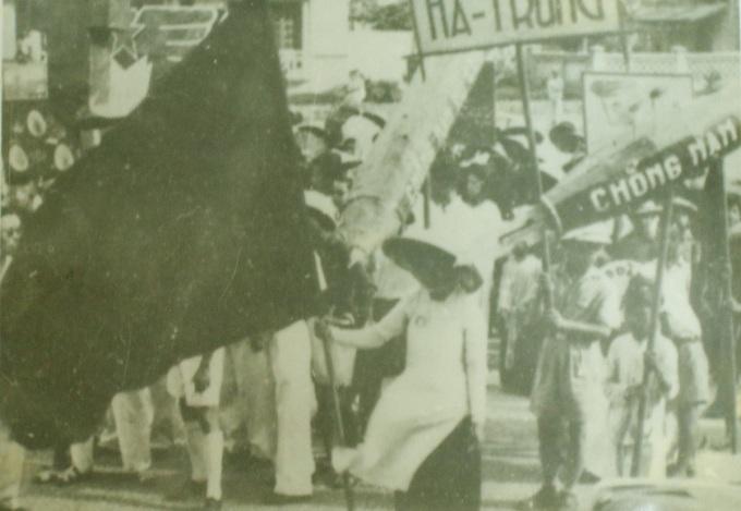 Nhân dân khu phố Hà Trung (Hà Nội) cổ động phong trào diệt giặc dốt ngày 6/12/1945. Ảnh: Bảo tàng Lịch sử Quốc gia.