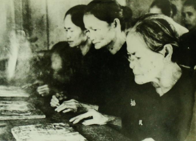 Các bà, các mẹ ở tỉnh Sa đéc (khu vực Đồng Tháp ngày nay) đi học chữ trong kháng chiến chống pháp. Ảnh: Bảo tàng Lịch sử Quốc gia.