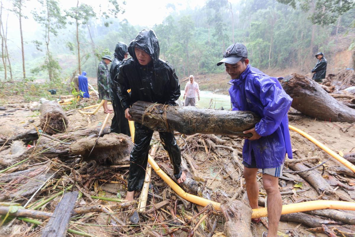 Bộ đội đu ròng rọc qua sông tìm kiếm người mất tích