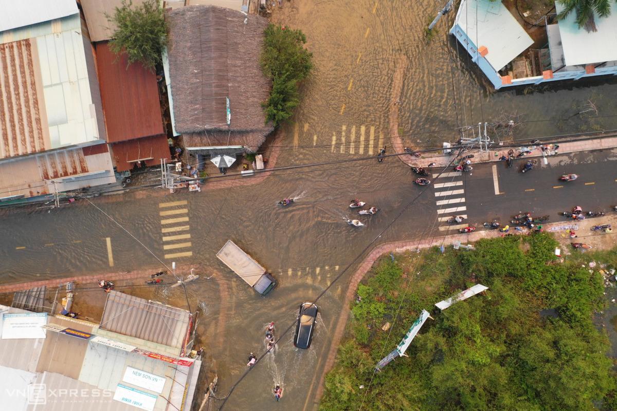 Đường Sài Gòn mênh mông nước ngày triều cường 1,7 m
