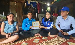 Thanh niên cứu người trong lũ được tặng huy hiệu Tuổi trẻ dũng cảm