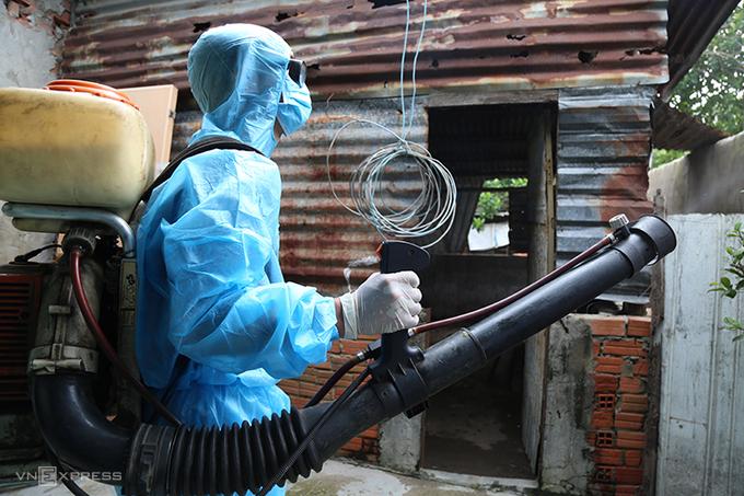 Nhân viên y tế ở Đồng Nai xịt thuốc muỗi phòng dịch sốt xuất huyết tại TP Biên Hòa