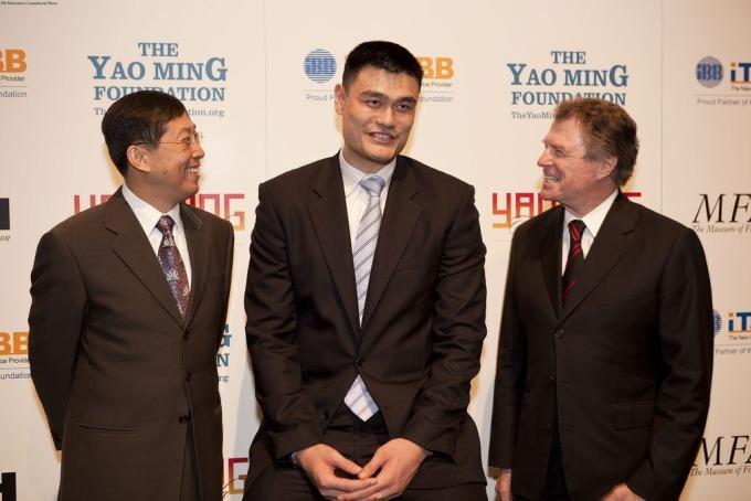 Jack Zhao, CEO của iTalk (ngoài cùng bên trái), cùng cựu tuyển thủ bóng rổ nổi tiếng Diêu Minh và Peter Marzio, giám đốc MFAH năm 2010, trong lễ tuyên bố hợp tác giữa đội tuyển bóng rổ Houston Rockets với Bảo tàng Mỹ thuật ở Houston. Ảnh: Bảo tàng Mỹ thuật Houston.