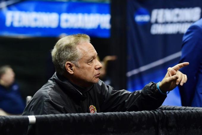 Peter Brand, huấn luyện viên đấu kiếm của Havard trong giải vô địch đấu kiếm nữ tại Cleveland hôm 24/3. Ảnh: NCAA
