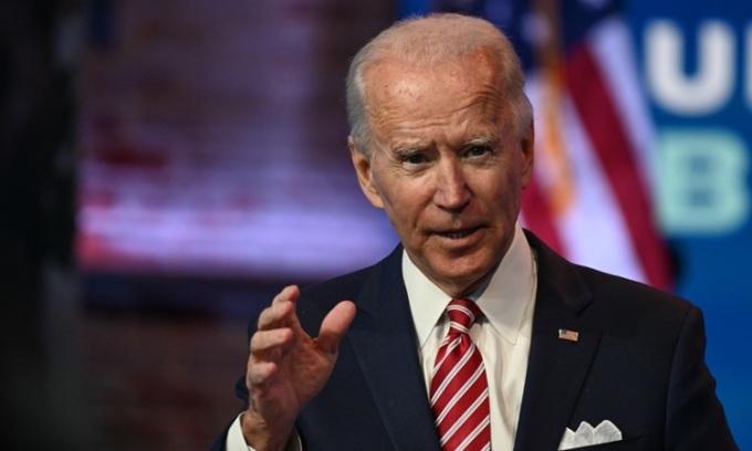 Tổng thống đắc cử Mỹ Joe Biden trả lời phóng viên tại Wilmington, bang Delaware hôm 16/11. Ảnh: AFP.