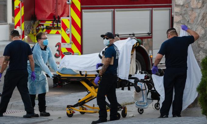 [Nhân viên y tế đưa người nghi nhiễm nCoV đến bệnh viện tại Texas, Mỹ, hôm 15/11. Ảnh: AFP.