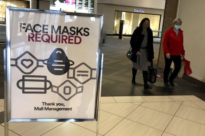 Bảng yêu cầu khách hàng đeo khẩu trang tại một trung tâm thương mại ở Schaumburg, bang Illinois, hôm 13/11. Ảnh: AP.
