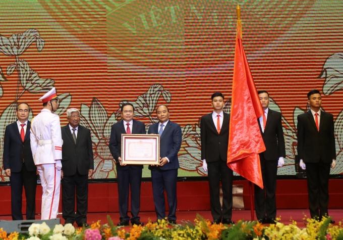 Thủ tướng Nguyễn Xuân Phúc trao tặng Huân chương Hồ Chí Minh cho Mặt trận Tổ quốc Việt Nam. Ảnh: Quang Vinh