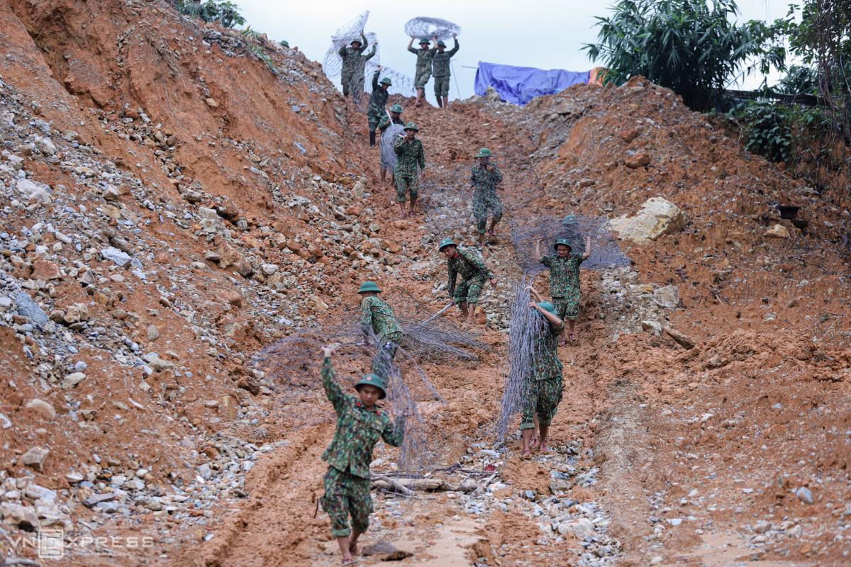 Bộ đội nắn dòng sông Rào Trăng tìm người mất tích