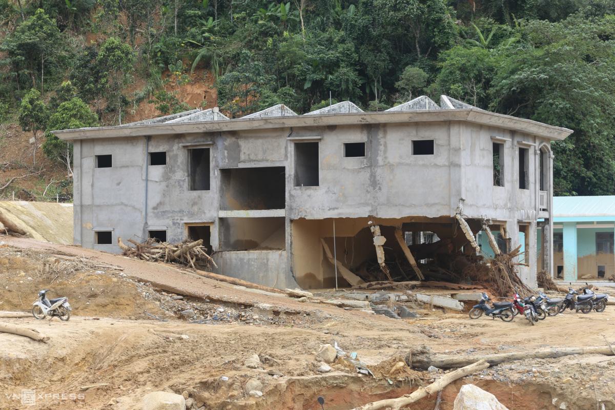 Khu dân cư tan hoang sau trận lũ quét