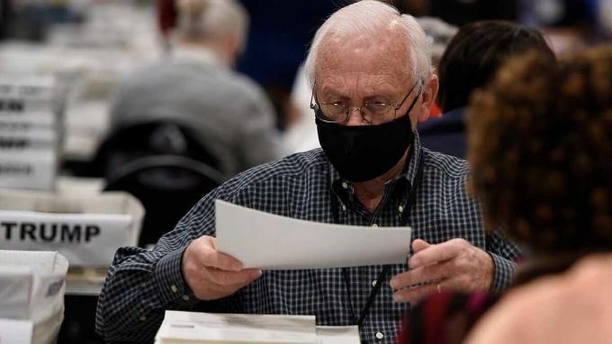 Nhân viên bầu cử kiểm lại phiếu tại Georgia ngày 16/11. Ảnh: AP.