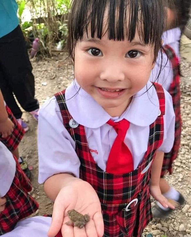 Không chỉ nhìn qua tranh ảnh, hình vẽ, các em học sinh được mắt thấy tai nghe, lại còn được cầm, nắm, chạm vào loài lưỡng cư này.