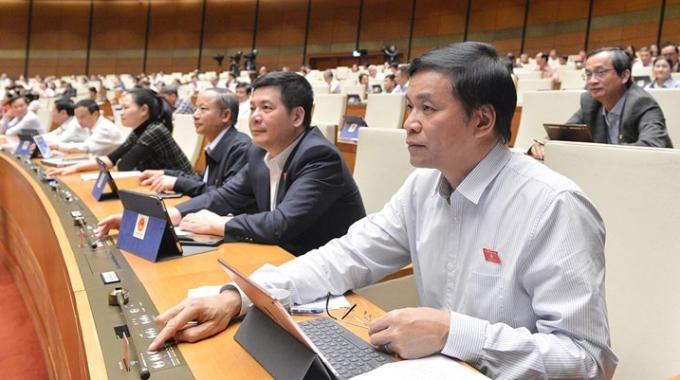 Đại biểu Quốc hội khóa XIV thông qua luật, nghị quyết tại kỳ họp thứ 10. Ảnh: Trung tâm báo chí Quốc hội