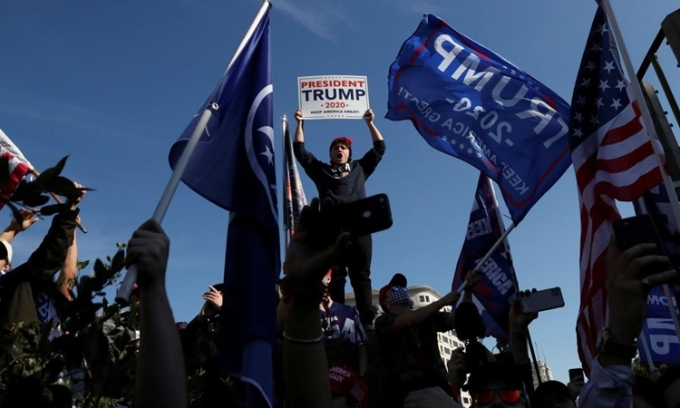 Người ủng hộ Tổng thống Trump biểu tìnhtố gian lận bầu cử ở thủ đô Washington hôm 14/11. Ảnh: Reuters