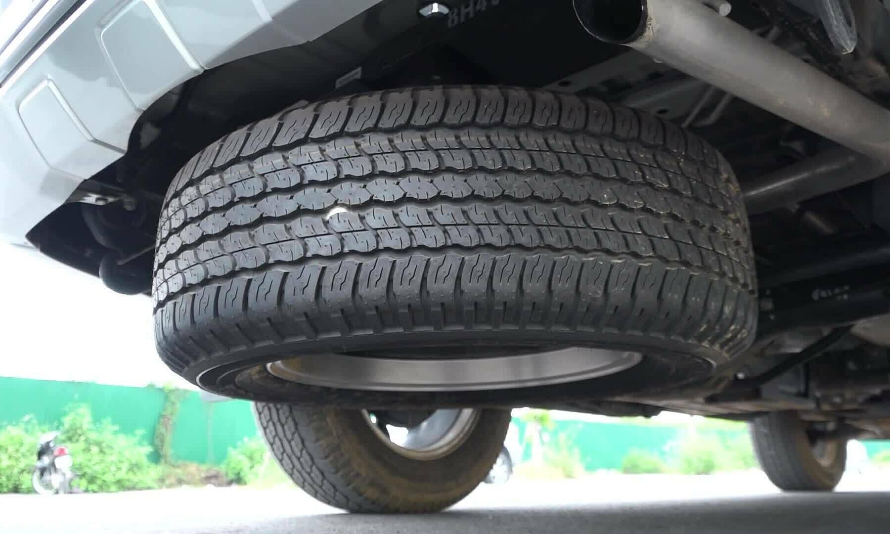 Cách tháo lốp dự phòng trên ôtô