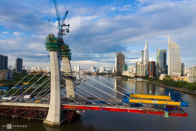 Thi công cầu Thủ Thiêm 2 bắc qua sông Sài Gòn phía quận 2 vào tháng 7/2020. Ảnh: Hữu Khoa.