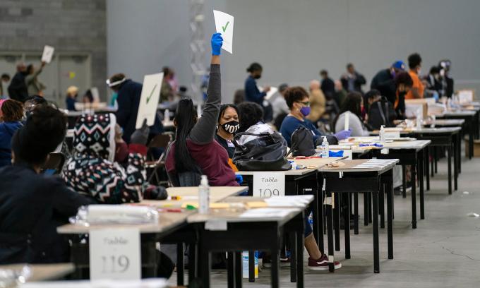 Nhân viên bầu cử kiểm phiếu lại ở Atlanta, bang Georgia cuối tuần qua. Ảnh: AFP.