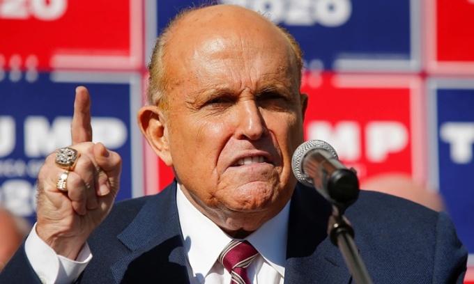 Rudy Giuliani, luật sư của Trump, trong một cuộc họp báo ở Philadelphia, bang Pennsylvania, ngày 7/11. Ảnh: Reuters.