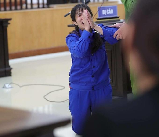 Lan Anh quỳ lạy mẹ xin tha thứ sau khi nghe VKS đề nghị mức án. Ảnh: Việt Lam