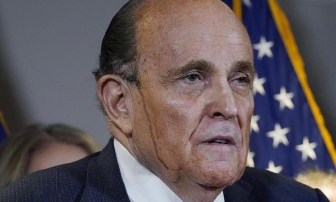 Luật sư Rudy Giuliani toát mồ hôi khi họp báo tại trụ sở Ủy ban Quốc gia đảng Cộng hòa ở thủ đô Washington hôm 19/11. Ảnh: AP.