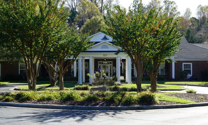 Bên ngoài viện dưỡng lão Brookdale Northwest ở Greensboro, bang Bắc Carolina hôm 4/11. Ảnh: AP.