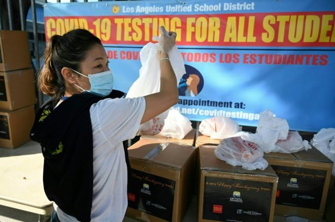 Tình nguyện viên phân phát bữa ăn nhận dịp Lễ Tạ ơn cho những người bị ảnh hưởng bởi Covid-19 tại Los Angeles ngày 20/11. Ảnh: AFP.