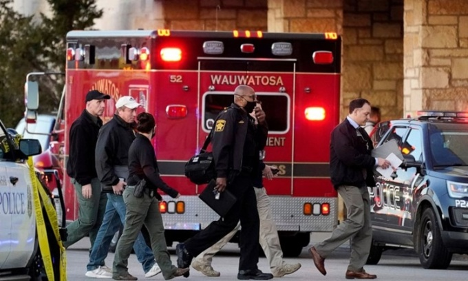 Cảnh sát tại hiện trường vụ xả súng trung tâm thương mại ở Wauwatosa, bang Wisconsin, Mỹ, ngày 20/11. Ảnh: AP.