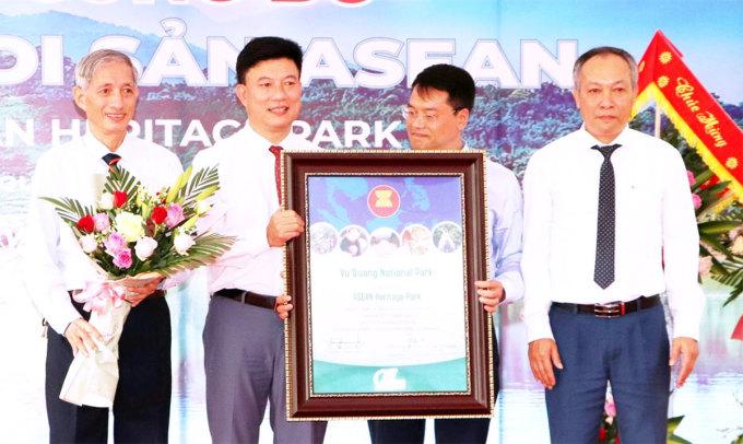 Đại diện Vườn quốc gia Vũ Quang (thứ 2 từ trái sang) nhận danh hiệu Vườn di sản ASEAN. Ảnh: Hoàn Lập