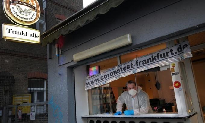 Bác sĩ trực bên trong một ki-ốt được chuyển thành điểm xét nghiệm Covid-19 nhanh ở Frankfurt, Đức, ngày 9/11. Ảnh: Reuters.