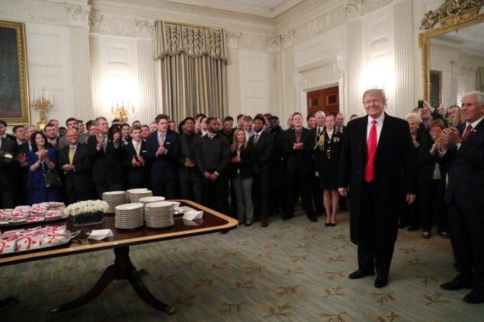 Trump thết đãi đội bóng bầu dục đại học Bắc Dakota đến thăm Nhà Trắng bằng hamburger và khoai tây chiên hồi năm ngoái. Ảnh: Reuters.