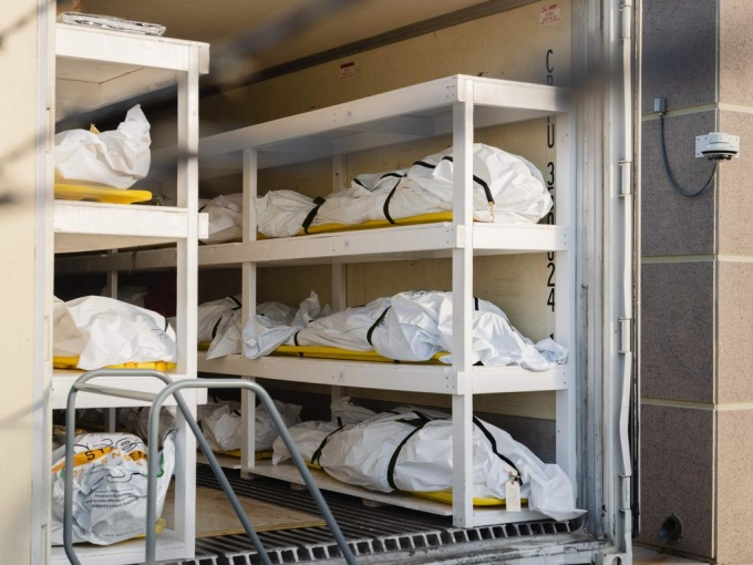 Các túi thi thể nạn nhân Covid-19 chất trên xe tải đông lạnh ở Văn phòng Giám định Y khoa hạt El Paso Texas. Ảnh: AFP.