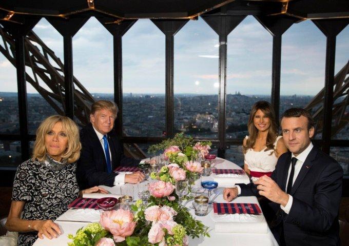 Tổng thống Trump và phu nhân Melania ăn tối cùng Tổng thống Pháp Emmanuel Macron và phu nhân ở nhà hàng Jules Verne tại Tháp Eiffel, Paris, năm 2017. Ảnh: AP.