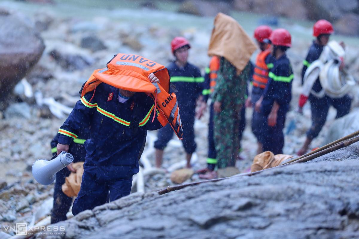 Bơm nước tìm người mất tích dưới đáy sông Rào Trăng