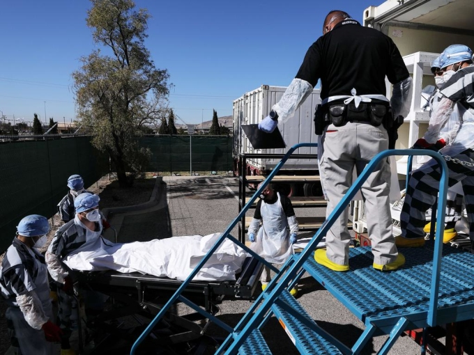 Các tù nhân ở nhà tù hạt El Paso chuyển các túi thi thể lên xe tải đông lạnh. Ảnh: AFP.