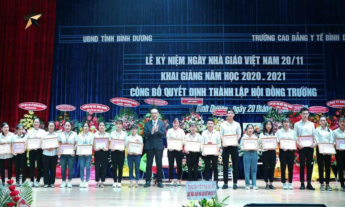 Rohto-Mentholatum trao 200 triệu học bổng cho sinh viên