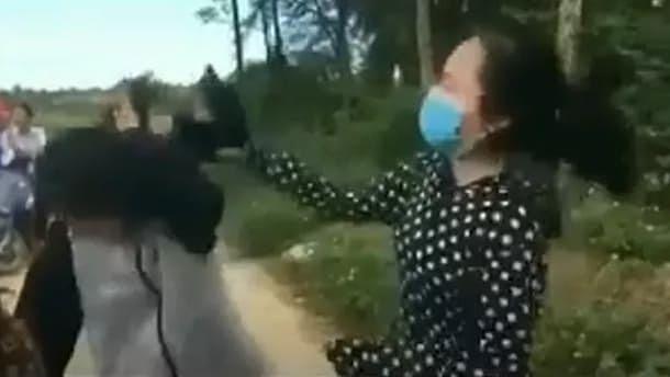 Nữ sinh lớp 11 dùng mũ bảo hiểm đánh bạn