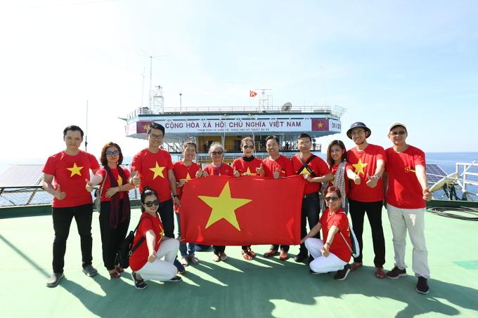 Các kiều bào thăm Nhà giàn DK1/20 thuộc tỉnh Bà Rịa - Vũng Tàu hồi tháng 4/2019. Ảnh: Anh Ngọc.